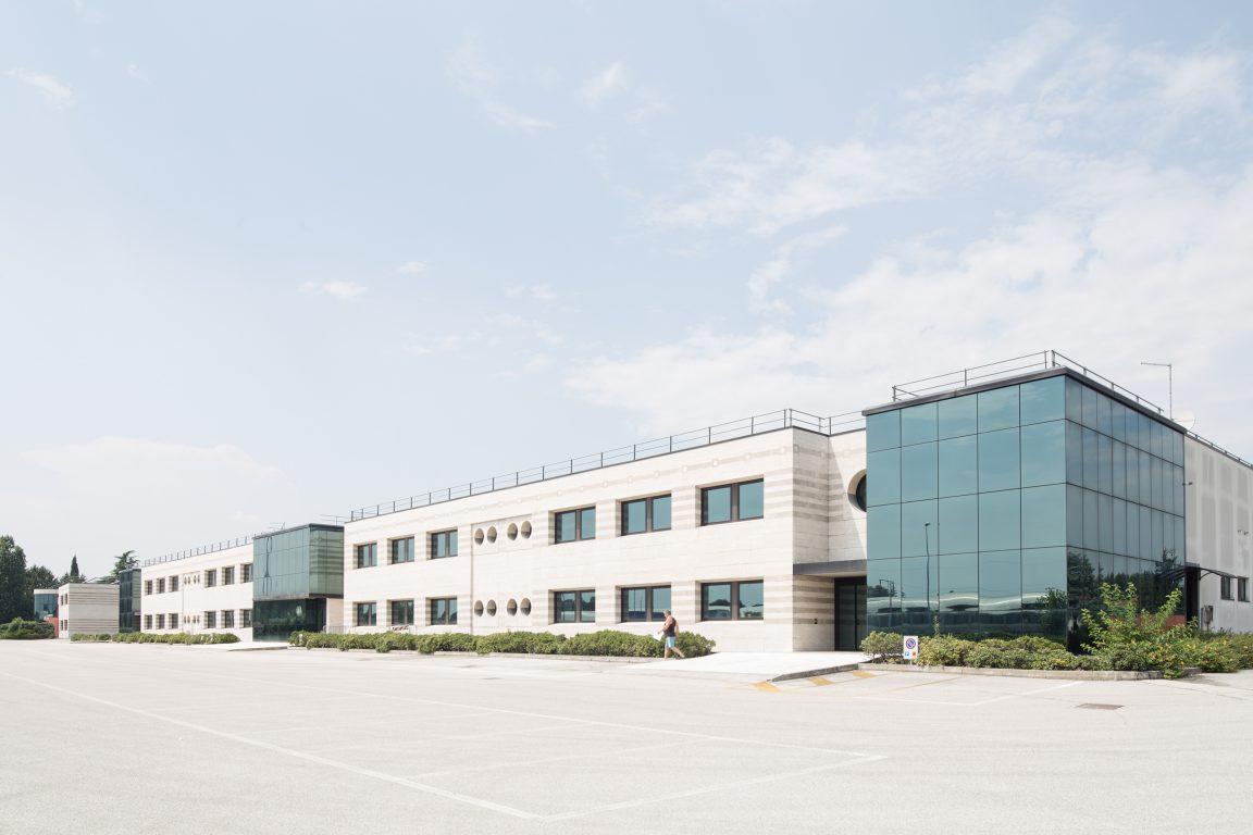 fronte edificio con area ad uffici